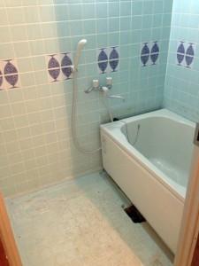 タイルの壁のマンションのお風呂の写真