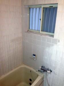 完成前の劣化したタイルのお風呂1